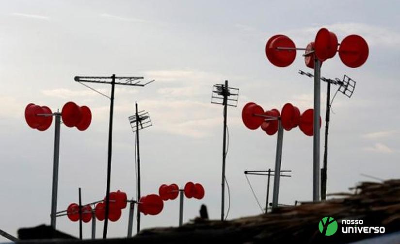Pequena turbina eólica feita de bacias plásticas traz energia limpa para uma vila no Vietnã