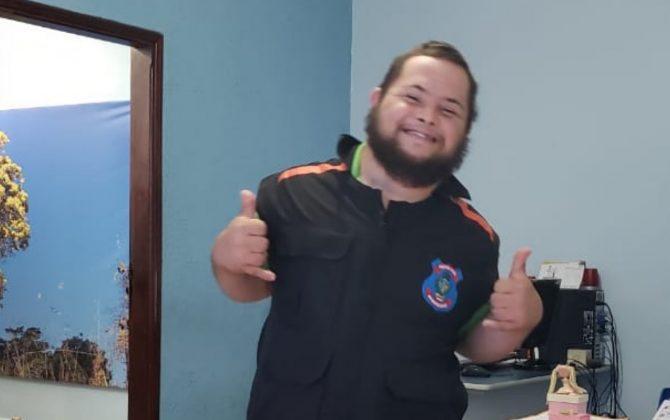 Jovem com Síndrome de Down vence câncer e 'vira' policial de delegacia em Goiás