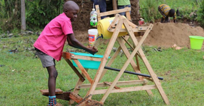 Queniano de 9 anos cria máquina de lavar as mãos e recebe prêmio nacional
