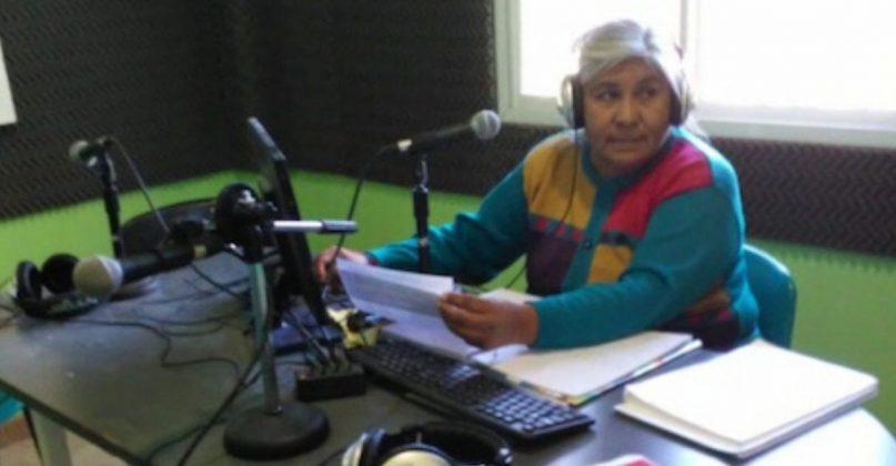 Professora usa rádio comunitária para ensinar alunos que não têm internet